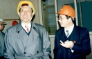 1997年4月3日,第九、十届全国人大常委会副委员长、贝博官网登录部副部长成思危(左一)莅临公司视察。