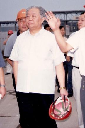 2000年8月16日,第十届全国人大常委会副委员长(时任国家经贸委主任)盛华仁(中)莅临公司视察。